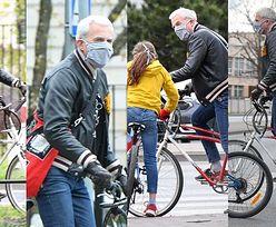 Zamaskowany Hubert Urbański szaleje na rowerze podczas rodzinnej wycieczki po Warszawie (ZDJĘCIA)