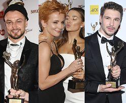 Telekamery 2020. Zwycięzcy wdzięczą się na ściance, prezentując statuetkę: Julia Wieniawa, Katarzyna Zielińska, Baron, Paulina Sykut-Jeżyna... (ZDJĘCIA)