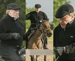 75-letni Daniel Olbrychski daje popis umiejętności jeździeckich, PUSZCZAJĄC DYMKA na siodle (ZDJĘCIA)