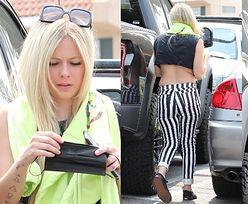 Dawno niewidziana Avril Lavigne odsłania brzuch podczas załatwiania sprawunków na mieście (ZDJĘCIA)