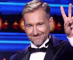 """Top of the Top Sopot Festival. Piotr Kraśko też żartuje politycznie ze sceny: """"To jest REASUMPCJA NASZEGO WYSTĘPU"""""""