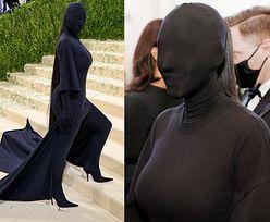"""Gala MET 2021. Kim Kardashian STRASZY zakryta od stóp do głów! """"JAK DEMENTOR"""" (ZDJĘCIA)"""