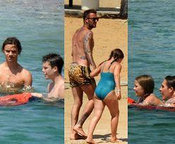 Ubrany w kąpielówki za prawie 2 TYSIĄCE ZŁOTYCH David Beckham pluska się z dziećmi podczas kolejnych wakacji (ZDJĘCIA)