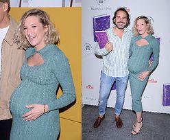 Radosna Lara Gessler w obcisłej sukience podkreślającej WIELKI, ciążowy brzuch promuje książkę swojego autorstwa (ZDJĘCIA)