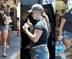 """""""Odmieniona"""" Lana Del Rey w ultrakrótkich szortach robi zakupy w spożywczaku (ZDJĘCIA)"""