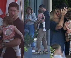 Robert Lewandowski z córkami i mamą czule żegna teściową na warszawskim lotnisku (ZDJĘCIA)