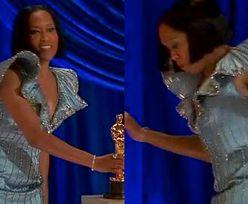 Oscary 2021: Regina King POTKNĘŁA SIĘ na scenie! (WIDEO)