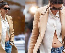 """Elegancka Emily Ratajkowski spaceruje po Nowym Jorku, """"przypadkiem"""" prezentując ciążowy brzuszek (ZDJĘCIA)"""