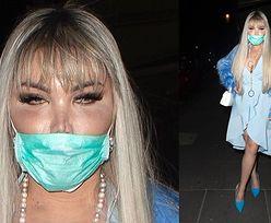 """Wystrojony w błękity """"Żywy Ken"""" paraduje po ulicach Londynu w maseczce ochronnej (ZDJĘCIA)"""