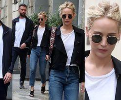 Naburmuszona Jennifer Lawrence wychodzi z chłopakiem z paryskiego hotelu (ZDJĘCIA)
