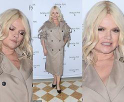 Katarzyna Figura stroi dziwne miny i pozuje w płaszczu ekshibicjonisty na pokazie mody (ZDJĘCIA)