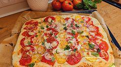 Domowa pizza z pomidorami. Lepsza niż z niejednej restauracji