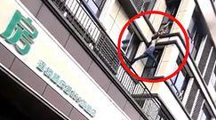 Wspiął się po budynku, by uratować dziecko z pożaru. Niezwykłe nagranie z Chin
