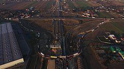 Megarondo na zamkniętym węźle autostrady A1. Obraz z drona robi wrażenie