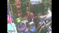 Z dzieckiem w wózku okradał sklep. Policja pokazuje film