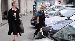 Monika Olejnik w futrzanym kapturze w środku lata