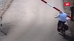 Rowerzysta kontra szlaban. Nagranie monitoringu