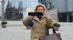 Kasprzyk z kamienną twarzą pozuje do zdjęć z fanami