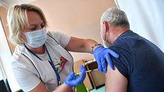 Obowiązek szczepień przeciw COVID-19 dla grup zawodowych? Stanowisko wiceministra zdrowia