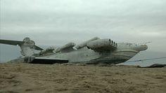 Ogromny aeroplan miał trafić do muzeum. Maszyna dalej leży na plaży