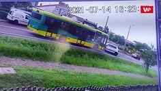 Czołowe zderzenie samochodu z autobusem. Przerażające wideo ze Śląska
