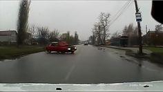 Rosyjski pojazd terenowy, zabytkowe Toyoty i kolizja spowodowana otwarciem się maski w czasie jazdy