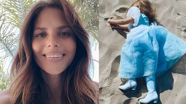 Weronika Rosati prowadza trzyletnią córkę w obcasach na plażę