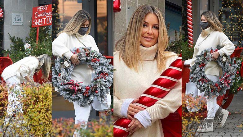 Małgorzata Rozenek taszczy okazały wieniec na przedświątecznych zakupach