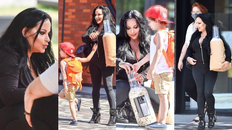Esmeralda Godlewska na spacerze z synem