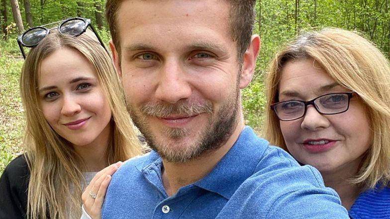 """Antek Królikowski wybrał się na rodzinny spacer z mamą i ukochaną. Fani dopytują: """"Kasia ma na palcu PIERŚCIONEK ZARĘCZYNOWY?!"""""""