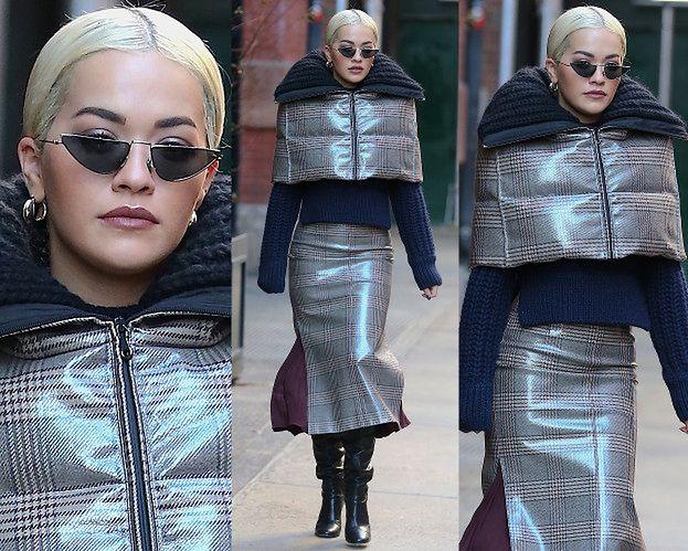 """Rita Ora walczy o uwagę w """"praktycznym"""" komplecie z ceraty"""