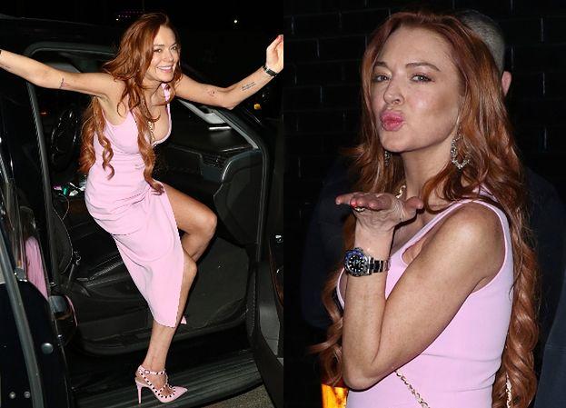 """""""Elegancka"""" Lindsay Lohan przesyła fanom buziaki w drodze na imprezę (ZDJĘCIA)"""