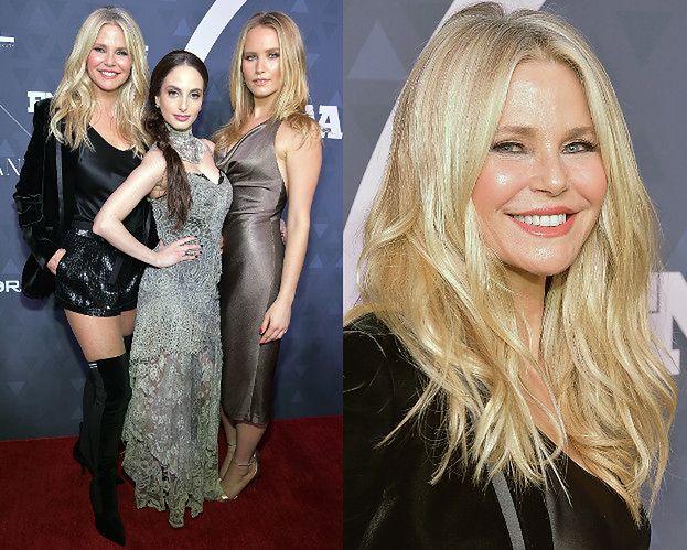 64-letnia modelka pozuje z córkami na rozdaniu nagród