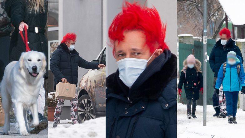 Michał Wiśniewski z dzieciakami wędruje pomiędzy śnieżnymi zaspami