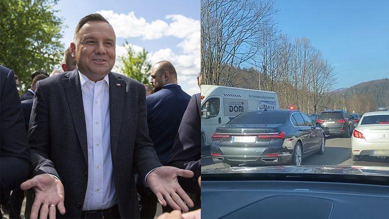 """Andrzej Duda OMIJA KOREK na sygnale, wracając z nart. Internauci zniesmaczeni: """"A my dwie godziny przez Wisłę!"""""""