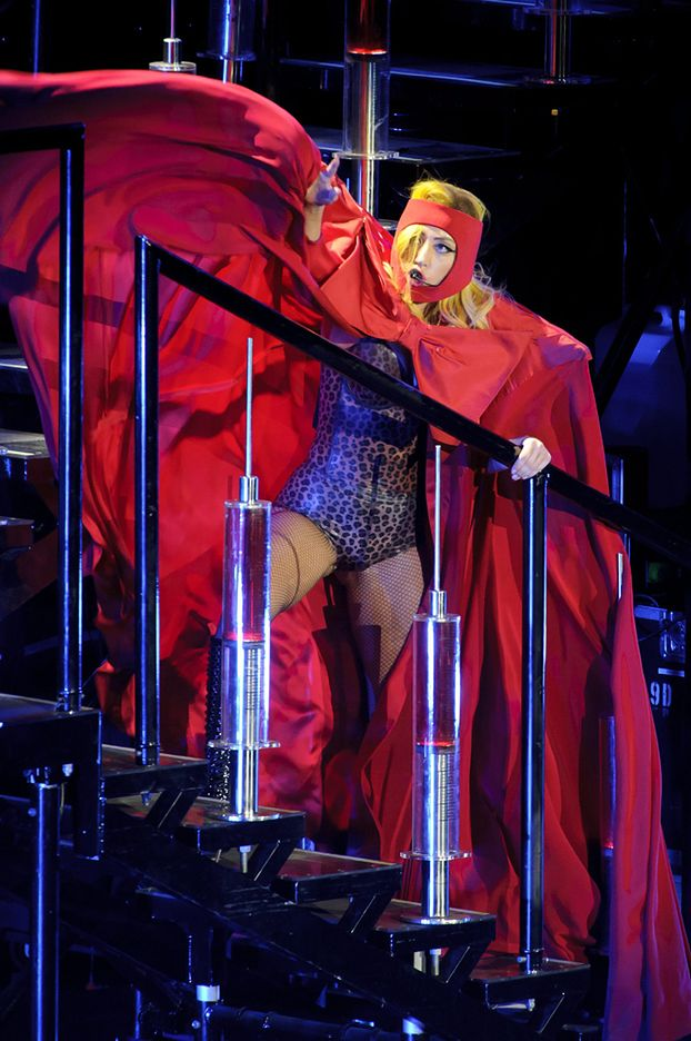 Lady Gaga ODGRYZŁA głowę Świętemu Mikołajowi!