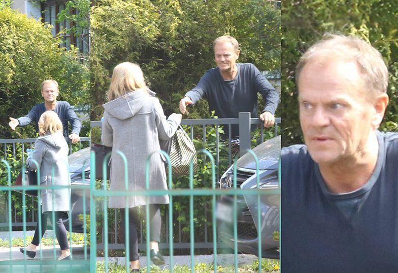 Donald Tusk czeka na żonę pod płotem