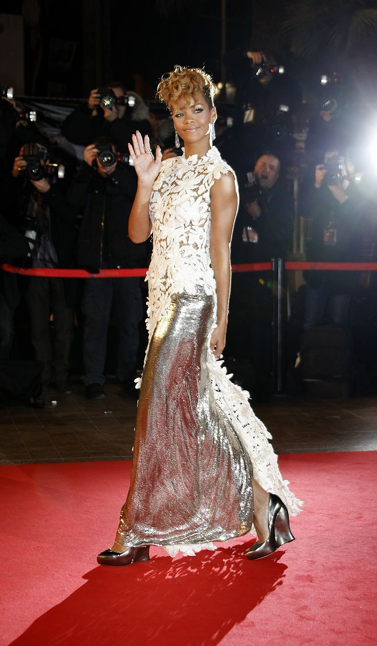 Rihanna w prześwitującej sukience! (ZDJĘCIA!)