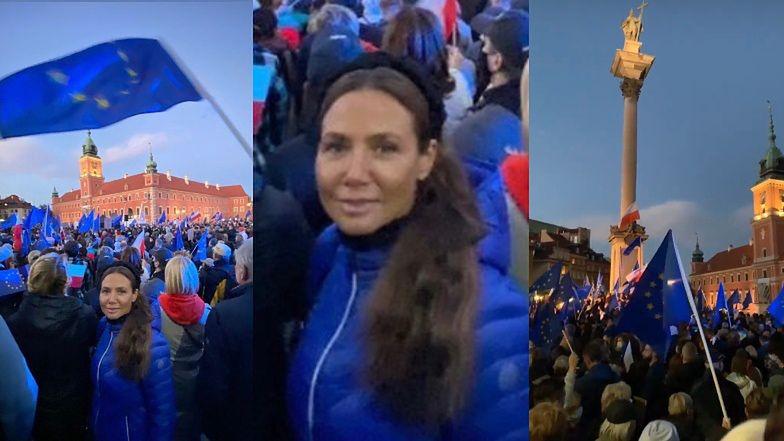 Kinga Rusin PROTESTUJE w Warszawie i... na Instagramie. Dziennikarka pokazuje TŁUMY na placu Zamkowym (ZDJĘCIA)