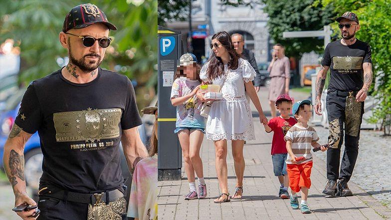 Rodzinny Patryk Vega spaceruje z żoną i trójką dzieci po mieście (ZDJĘCIA)