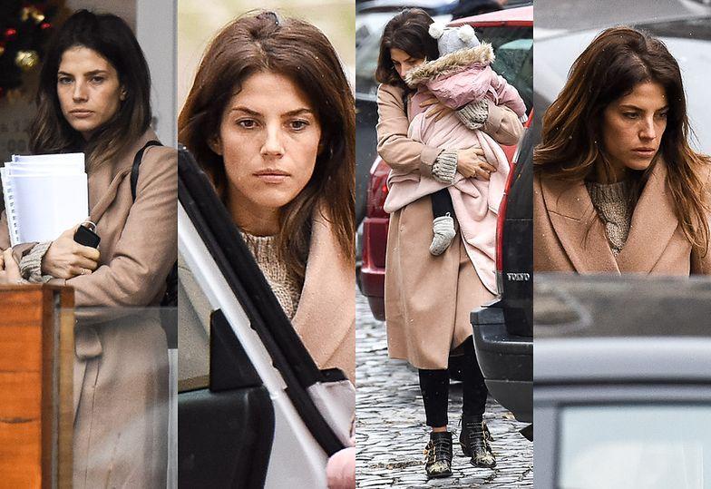Zrezygnowana Weronika Rosati wsiada do samochodu z roczną córką i matką