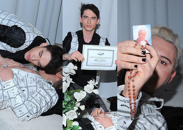 """Witkowski """"UMIERA"""" na pokazie! Z obrazkiem papieża w dłoni... (ZDJĘCIA)"""