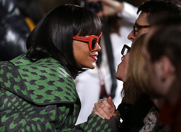 Rihanna dostaje 300 TYSIĘCY za... SIEDZENIE NA POKAZIE!