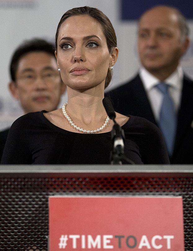 Z OSTATNIEJ CHWILI: Angelina Jolie USUNĘŁA OBIE PIERSI!