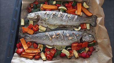 Prosty przepis na obiad z ryby. Pieczony pstrąg z warzywami
