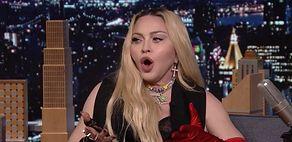 Madonna świeci pośladkami u Jimmy'ego Fallona. POKAZAŁA PUPĘ do kamery (ZDJĘCIA)