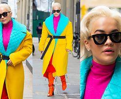 Pstrokata Rita Ora ściąga uwagę fotografów w płaszczu za 23 tysiące