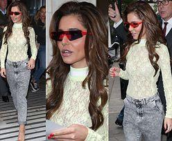 Szczuplutka Cheryl Cole wita się z fanami w prześwitującym topie