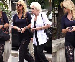 Torbicka spaceruje z mamą w ażurowych spodniach
