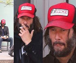 Niedomyty Keanu Reeves raczy się papieroskiem na Brooklynie (ZDJĘCIA)